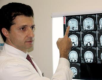 Docteur montrant des images de cerveau